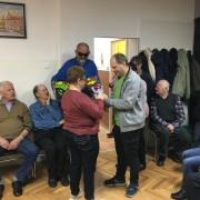 Poklanjanje jaglaca članici Danici Ratkaj